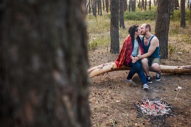 부부는 자연 피크닉 모닥불 숲 개념을 좋아합니다. 함께 행복한 가족입니다.