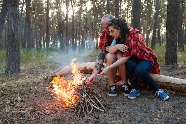 부부는 자연 피크닉 모닥불 숲 개념을 좋아합니다. 함께 행복.