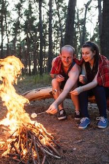 부부는 자연 피크닉 모닥불 숲 개념을 좋아합니다.