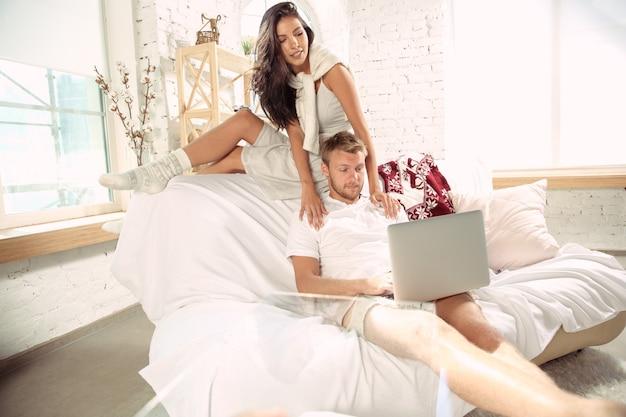 Coppia di innamorati a casa che si rilassano insieme.