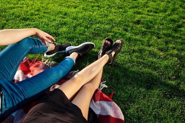 Пара лежит и отдыхает на траве