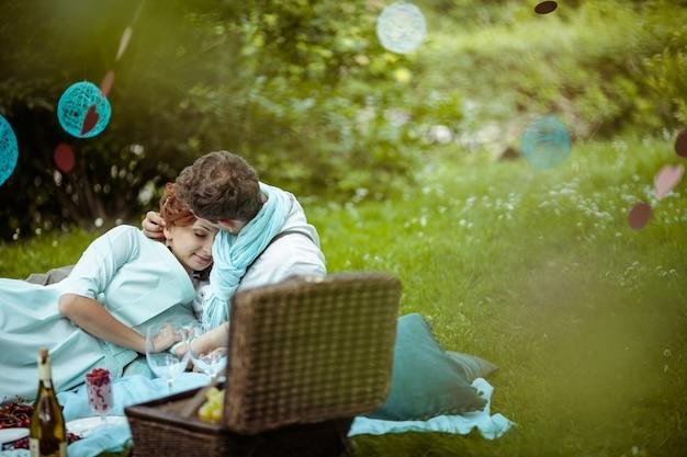 Пара, лежа и обниматься