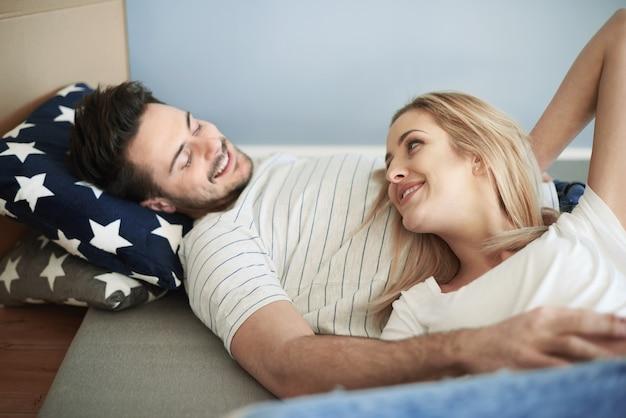 매트리스에 누워있는 커플
