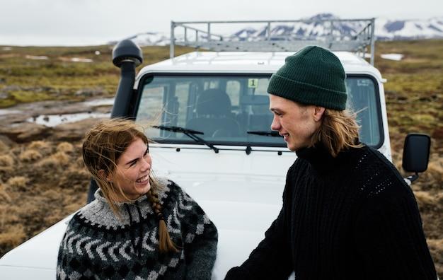 Пара отдыхает в отпуске, исследуя исландию на своем джипе 4х4
