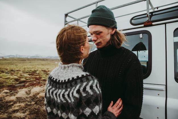 4x4 지프와 함께 아이슬란드를 탐험하고 방황 휴가를 만드는 커플