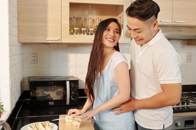 朝食を作るカップル