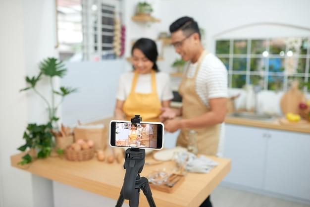 Пара вместе готовит тесто, выпечка и кулинария, фото в деревенском стиле для поваренной книги и поварского блога