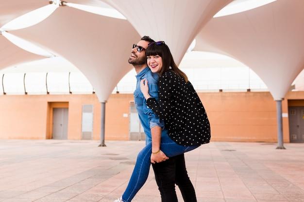 Пара, делающая удовольствие на открытом воздухе