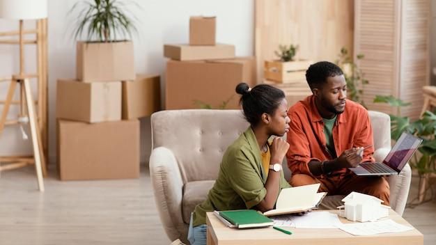家をリフォームするための計画を立てるカップル