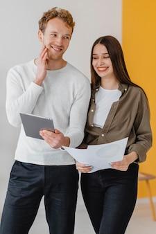 Пара планирует вместе восстановить дом с помощью планшета