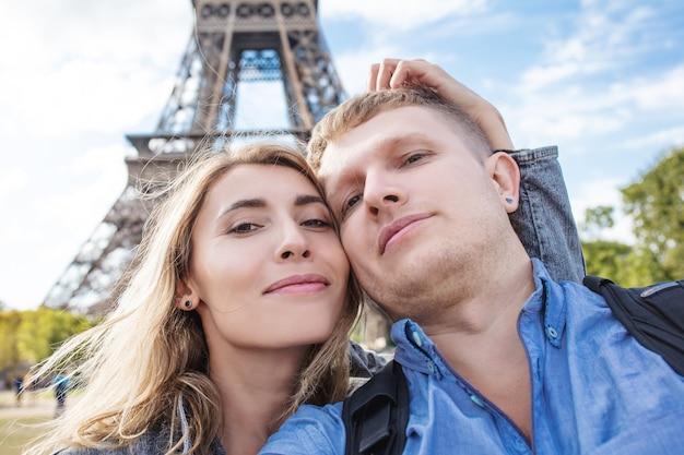 Пара мужчина и женщина вместе в путешествии по себе на фоне эйфелевой башни