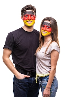 Coppia, uomo e donna, i fan sostengono insieme le squadre nazionali della germania dipinte la faccia della bandiera. fans le emozioni.