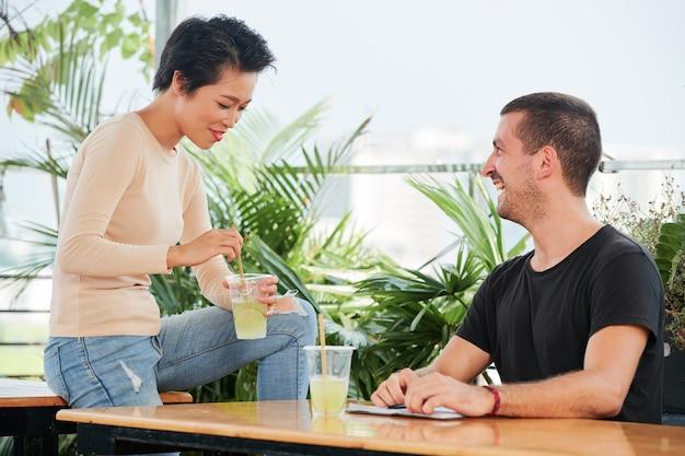 Встреча пары в кафе
