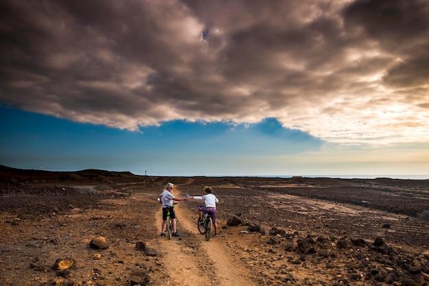 사막에서 경로에 산악 자전거와 함께 몇 중년 및 수석 타고.