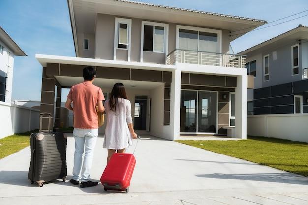 Couple move to new house Premium Photo