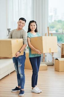 新しいアパートを移動するカップル