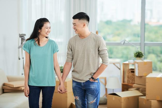 新しい家を移動するカップル