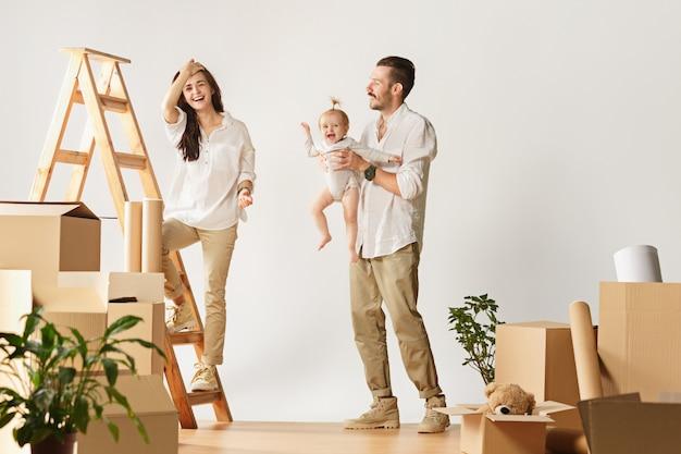 새 집으로 이사하는 커플. 행복한 결혼 한 사람들은 새로운 아파트를 사서 새로운 삶을 시작합니다