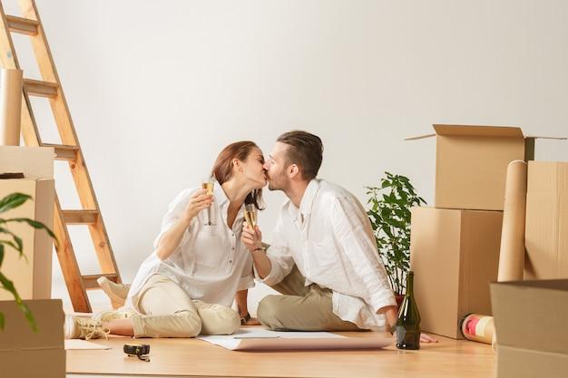 新しい家に移動するカップル。