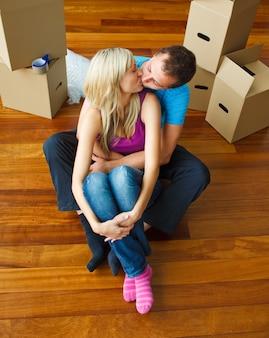 새 집으로 이사하고 서로 키스하는 커플
