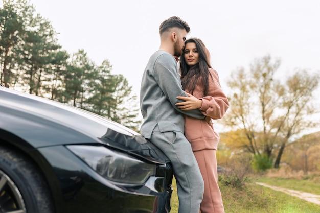 自然の中で車の近くのカップル