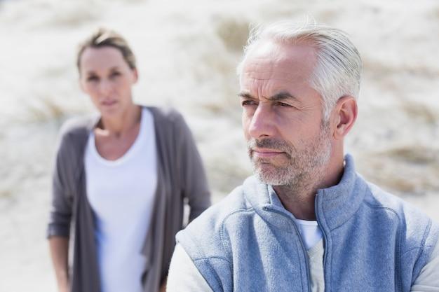 Пара не разговаривает после спора на пляже