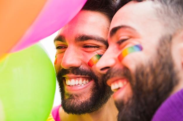 웃 고 수염 된 게이 커플