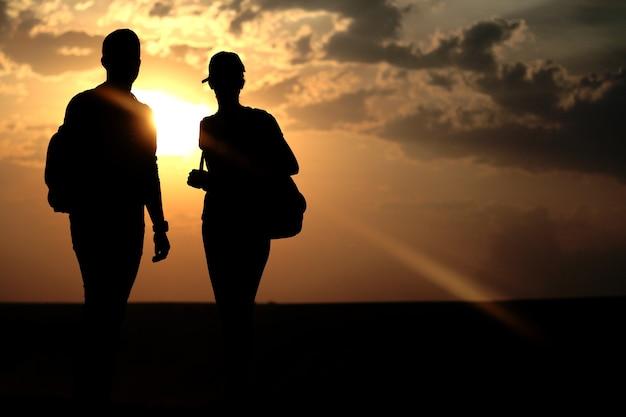 日没時の親友のカップル