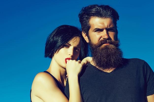 예쁜 얼굴에 붉은 입술과 푸른 하늘에 자연에 여름 화창한 날에 잘 생긴 수염 난된 남자와 갈색 머리 여자의 커플