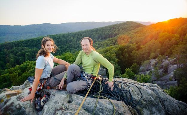 安静時と美しい自然の景色を楽しみながらの登山者のカップル