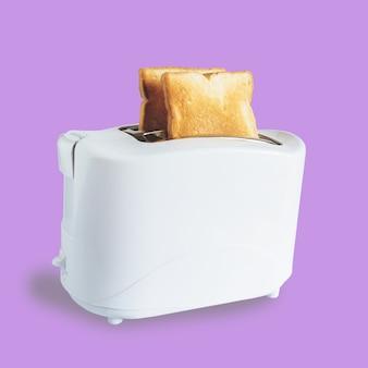 토스터에 딱딱한 토스트 몇 개, 초점을 맞춥니다.