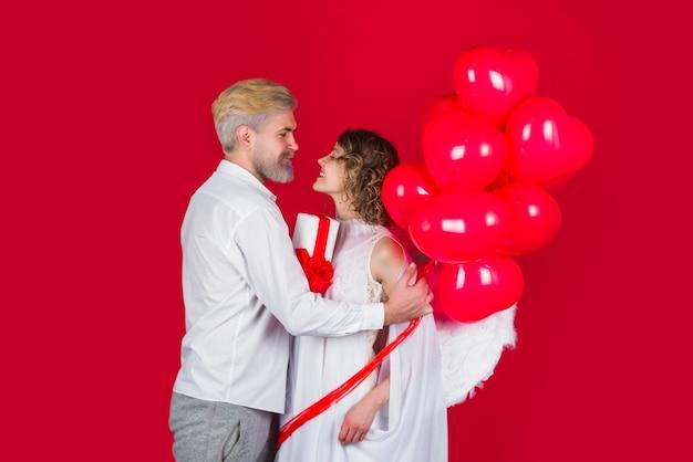 Пара амуров день святого валентина любовь день святого валентина пара ангел женщина с воздушными шарами амур в