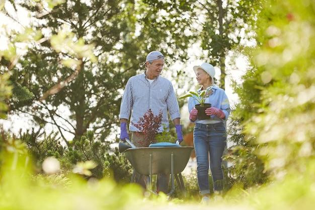 庭の農家のカップル