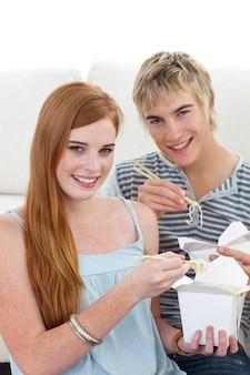 Пара друзей, которые едят макароны