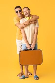 색 배경에 게이 관광객의 커플
