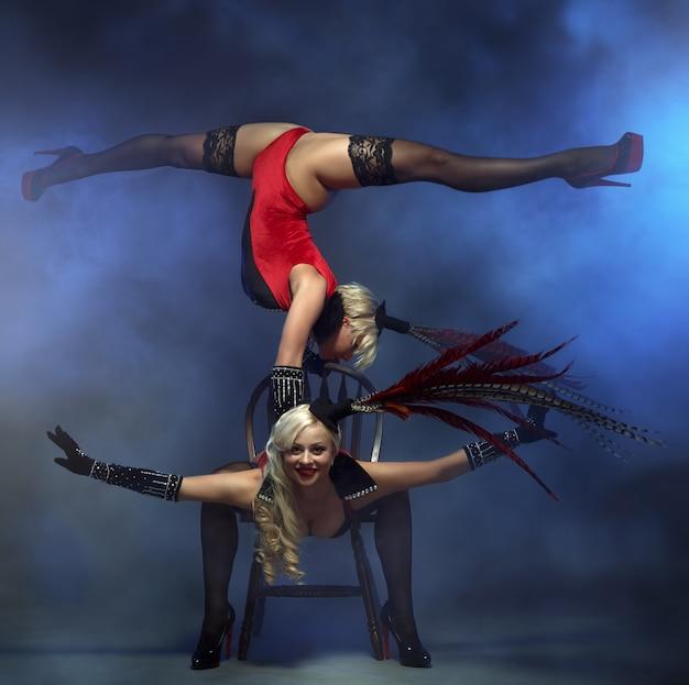 Пара девушек у кабаре танцоров.