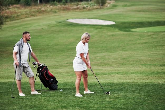 몇 명의 골프 선수가 주말에 좋은 경기를합니다.