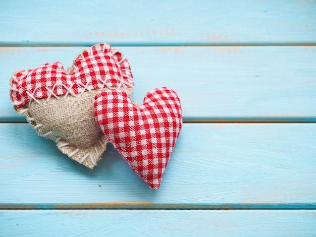 Пара сердец на синем деревянном фоне
