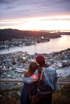 愛のカップルは、ノルウェーのベルゲンで旅行を楽しんでいます。