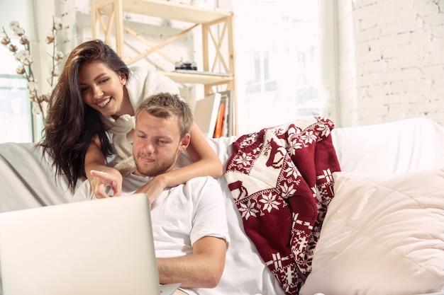 一緒にリラックスして家にいる恋人たちのカップル。