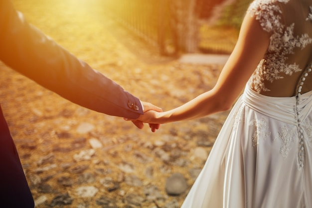 Пара влюбленных, взявшись за руки на красивом закате.