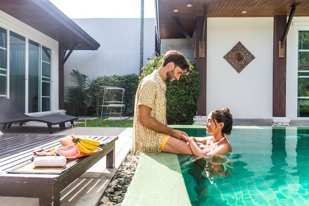 수영장과 아름다운 빌라에서 연인 커플