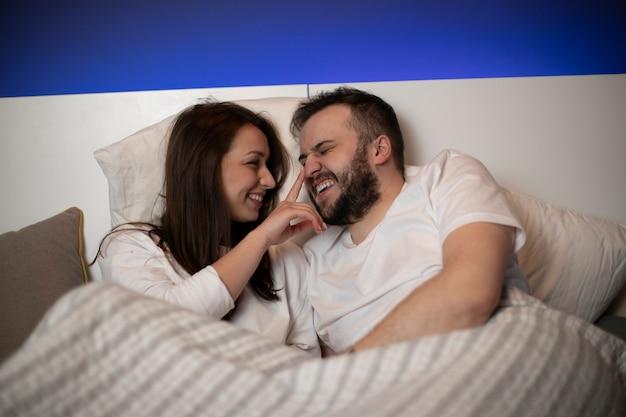 ベッドの中で恋人のカップル
