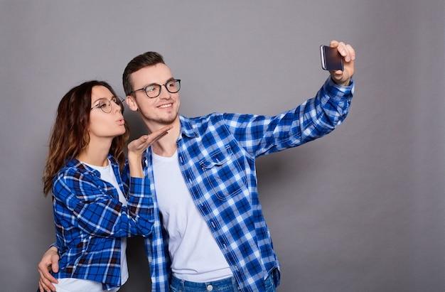 Пара влюбленных в синих клетчатых рубашках изолированы