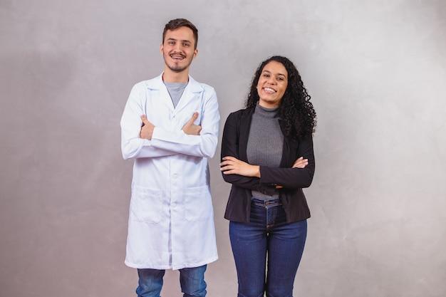さまざまな職業の恋人のカップル、彼は医者であり、彼女はビジネスウーマンです