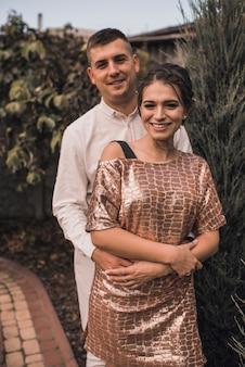 お祝いのファッショナブルな服を着た恋人のカップル