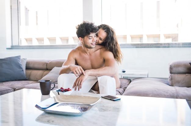 Пара влюбленных в квартире
