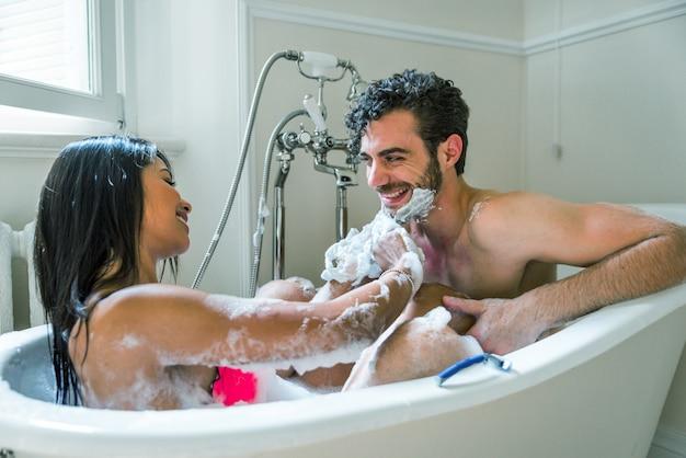 バスルームに恋人のカップル