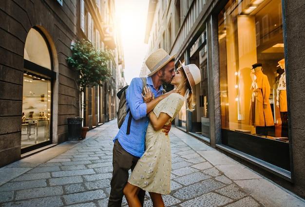 Пара влюбленных, целующихся на городской улице на закате