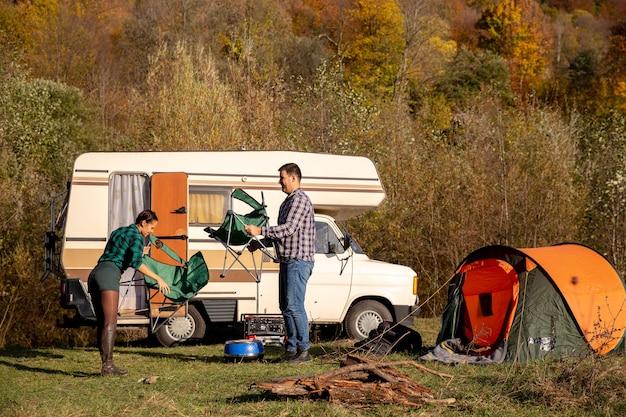 캠핑장을 마련한 연인 커플.함께하는 휴가